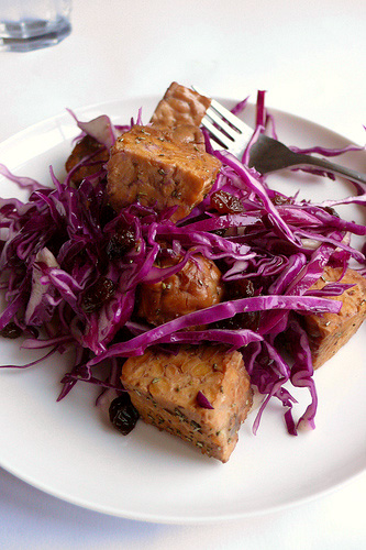 Red cabbage with tempeh cubes