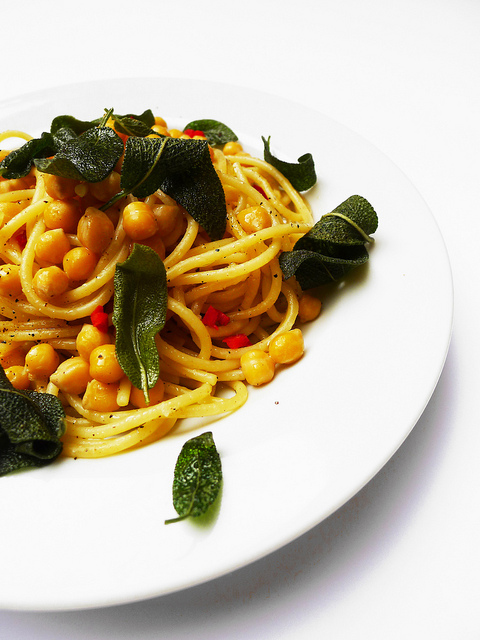 Spaghetti with chickpeas and fried sage